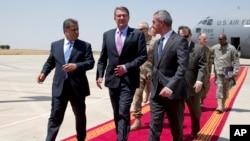 ລັດຖະມົນຕີ ປ້ອງກັນປະເທດ ສະຫະລັດ ທ່ານ Ash Carter (ກາງ) ຍ່າງກັບລັດຖະມົນຕີ Peshmerga ທ່ານ Mustafa Sayid Qadir (ຂວາ) ແລະ ທ່ານ Falah Mustafa (ຊ້າຍ) ລັດຖະມົນຕີ ຕາ່ງປະເທດ ຂົງເຂດ Kurdistan.