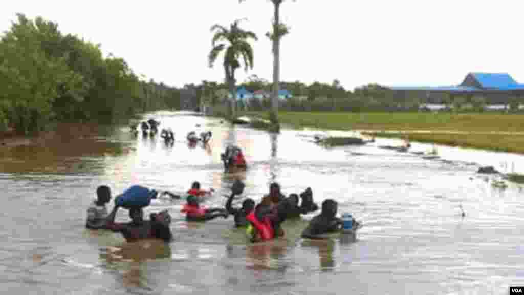 Residentes enMalfety, segundo distrito de Fort Liberté, en el noreste de Haití, huyen de las inundaciones.