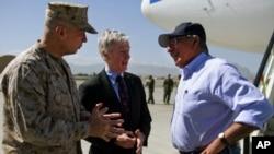 لیون پنیٹا افغانستان میں امریکی سفیر اور اعلیٰ فوجی کمانڈر کے ہمراہ