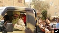 Mayakan kungiyar 'yan tawayen neman 'yancin Azawad ta 'yan kabilar Abzinawa a kasar Mali, zaune cikin motarsu a wata kasuwa dake Timbuktu a kasar Mali, a watan Afrilun 2012.