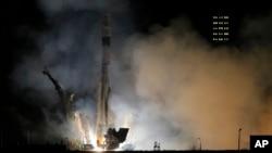 Despegue del cohete Soyuz-FG con la nave espacial Soyuz TMA-12M con tres astranoutas, en Kazakstán.