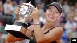 Maria Sharapova với chiếc cúp giải quần vợt Pháp mở rộng sau khi thắng trận chung kết nữ 9/6/12