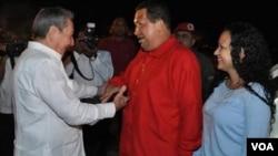 Chávez fue recibido en La Habana por el presidente cubano Raúl Castro.
