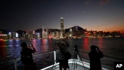 摄影师们正在拍摄香港岛金融区的落日时分景色。(2019年11月29日)