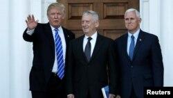 도널드 트럼프(왼쪽) 미 대통령 당선인과 마이크 펜스(오른쪽) 부통령 당선인이 지난 19일 뉴저지주 트럼프 내셔널 골프클럽에서 새 정부 국방장관으로 유력한 제임스 매티스(가운데) 전 중부군사령관 면담에 앞서 인사하고 있다.