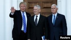 当选总统川普和当选副总统彭斯与退役海军陆战队上将马蒂斯(中)在新泽西州的川普全国高尔夫球俱乐部的中心会馆见面。(2016年11月19日)