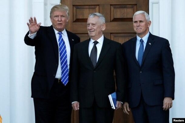 川普、彭斯在會見場所門口迎接66歲的美國退役海軍陸戰隊上將詹姆斯·馬蒂斯