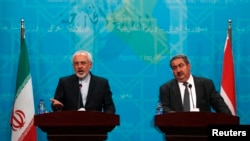 Iranian Foreign Minister Mohammad Javad Zarif (L) speaks during a news conference with Iraqi Foreign Minister Hoshiyar Zebari in Baghdad August 24, 2014. REUTERS/Ahmed Saad (IRAQ - Tags: POLITICS) - RTR43ISS