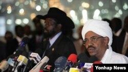 Presiden Sudan Omar al-Bashir (kanan) dan Presiden Sudan Selatan Salva Kiir, pekan lalu menandatangani kesepakatan untuk mengakhiri konflik (foto: dok).