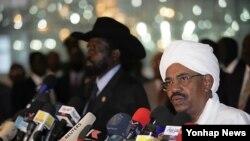 기자회견을하는 마르 알-바시르 수단 대통령(오른쪽)이 살바 키르 남수단 대통령