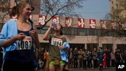 지난 2014년 4월 북한에서 열린 평양 국제마라톤 대회에 참가한 외국인들이 물을 마시고 있다. (자료사진)