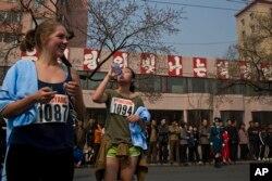 북한에서 열린 평양 국제마라톤 대회에서 경기를 마친 외국인 참가자들이 쉬고 있다. (자료사진)