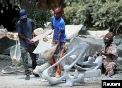 Zimbabwean sculptor Dominic Benhura