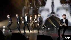BTS saat tampil di Paris dalam acara budaya sebagai bagian lawatan resmi Presiden Korsel di Perancis, 14 Oktober 2018.