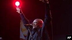 """""""Un baobab est tombé"""", a réagi le ministre sud-africain de la Culture Nathi Mthethwa"""