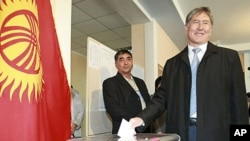 Kyrgyzstan's former prime minister and presidential candidate Almazbek Atambayev casts his ballot at a polling station in the capital, Bishkek, October 30, 2011.
