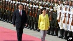 韓國總統朴槿惠6月27日星期四開始對中國進行國事訪問。北京人民大會堂前舉行歡迎儀式習近平接待。