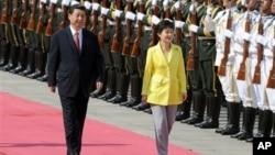27일 한-중 정상회담을 위해 베이징 인민대회당에 도착한 박근혜 한국 대통령(오른쪽)이 시진핑 중국 국가주석의 환영을 받고 있다.