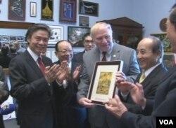 台灣代表團會美國眾議院外交事務委員會亞太小組主席夏伯特(來源:台灣駐美代表 處)