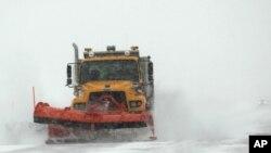 Un camión intenta limpiar de nieve una autopista en Wyoming.