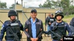 Roberto de Jesús Soto García, hondureño sindicado de narcotráfico en momentos en que era trasladado al avión que lo llevaría en extradición a Estados Unidos. Dic. 19 de 2017. Foto: Policía Nacional de Honduras.