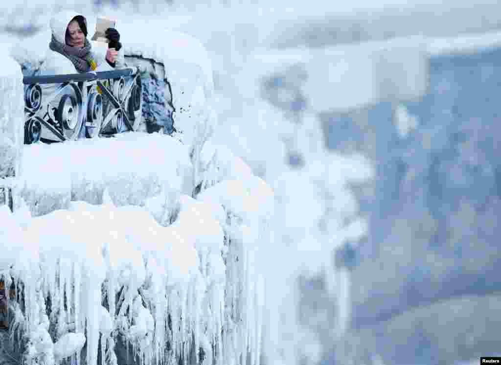 在尼亚加拉瀑布旁边,有游客打开笔记本电脑,查阅资料还是拍照?(2018年1月3日)