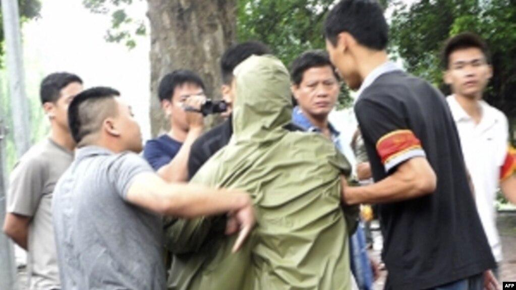 biểu tình - một trong những quyền tự do - chưa được đảm bảo ở Việt Nam (ảnh tư liệu, 21/8/2011, Hà Nội)