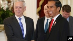 U.S. Defense Secretary Jim Mattis, left, shakes hands with Indonesian President Joko Widodo before a meeting at Merdeka palace in Jakarta, Indonesia, Jan. 23, 2018.