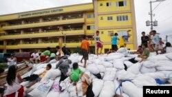 12月8日侵襲菲律賓的一場猛烈颱風過後﹐孩童在救援物資上玩耍。