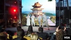 俄罗斯与中国合作领域不断扩大。在莫斯科的一个商务活动上,俄罗斯人表演中国武术。(美国之音白桦拍摄)