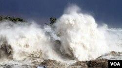 """Gelombang tsunami Jepang yang terjadi Maret tahun lalu (foto: dok) """"menghanyutkan"""" kapal nelayan Jepang hingga ke Kanada lebih dari setahun kemudian."""