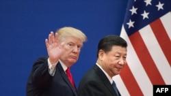 美国总统唐纳德·特朗普(左)和中国国家主席习近平离开北京人民大会堂举行的商界领袖活动(2017年11月9日)。