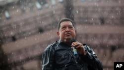 委內瑞拉總統查韋斯10月4日在首都加拉加斯在雨中手持話筒向他的支持者發表講話