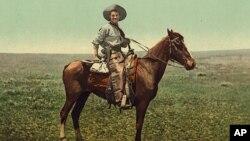 一位骑在马上的牛仔