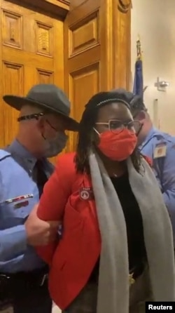 Članica skupštine Džordžije Park Kenon uhapšena je pod optužbom da je ometala red.