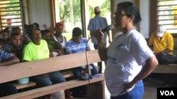 La presidenta del Centro por la Justicia y Derechos Humanos de la Costa Atlántica de Nicaragua, Lottie Cunningham, reunida con comunitarios en Santa Clara.