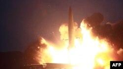 北韓8月6號試射兩枚新型戰術導彈的照片 (朝中社8月7號公佈)