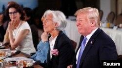Presiden AS Donald Trump dan Direktur Pelaksana Dana Moneter Internasional (IMF) Christine Lagarde menghadiri pertemuan Dewan Penasihat Kesetaraan Gender dan G7 sebagai bagian dari KTT G7 di Charlevoix La Malbaie, Kanada, 9 Juni 2018.