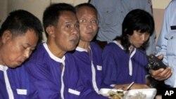 សកម្មជនថៃ (រាប់ពីស្តាំ) Ratree Pipatanapaiboon, Veera Somkwamkid, Kochpontorn Chusanaseree និង Samdin Lersbusya, កំពុងទទួលទានអាហារពេលព្រឹកនៅសាលាឧទ្ធរណ៍ក្រុងភ្នំពេញកាលពីថ្ងៃអង្គារទី១៨ខែមករាឆ្នាំ២០១១។