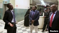 Wahariri wa gazeti wa Daily Nation wakizungumza mbele ya ofisi zao baada ya kukamatwa mwandishi wao