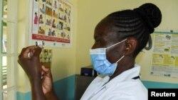 کینیا کے ایک کلینک میں نرس پامیلا ملیریا کی ویکسین تیار کر رہی ہیں فوٹو ڑائٹرز