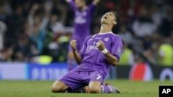Cristiano Ronaldo célèbre après son deuxième son équipe le Real Madrid en finale de la Ligue des champions contre la Juventus Turin au stade national du Pays de Galle, Cardiff, 3 juin 2017.