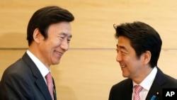 지난달 22일 일본을 방문한 윤병세 한국 외교부 장관(왼쪽)이 도쿄 총리관저에서 아베 신조 총리와 회동했다. (자료사진)