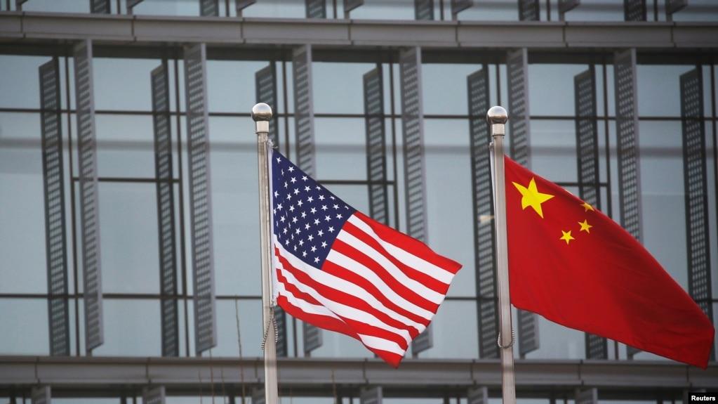 美中国旗在一家美国公司驻北京的办公楼外飘扬。(2021年1月21日)