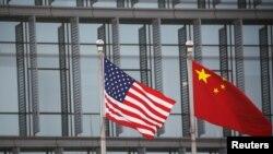 美中國旗在一家美國公司駐北京的辦公樓外飄揚。(2021年1月21日)