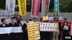 声援中国人权律师的各界联署人士(美国之音杨明拍摄)