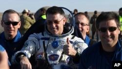 Amerikalı astronavt Robert Şeyn Kimbrou Soyuz MS-02 kapsulunda yerə enib.10 aprel, 2017.