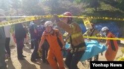 1일 경기도 남양주시 진접읍 금곡리 진접선 지하철 공사장에서 붕괴 사고가 발생한 가운데, 소방대원들이 매몰자를 구조해 이송하고 있다.