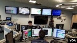 El Servicio Nacional de Metereología de Estados Unidos en colaboración con otros centros y agencias a nivel nacional es el encargado de emitir los avisos, advertencias y vigilancias.