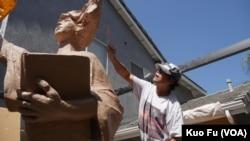 雕塑家陈维明做泥塑(美国之音国符拍摄)